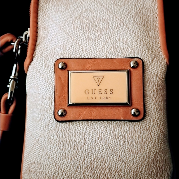 🖤Guess Wristlet or (Phone Carrier)
